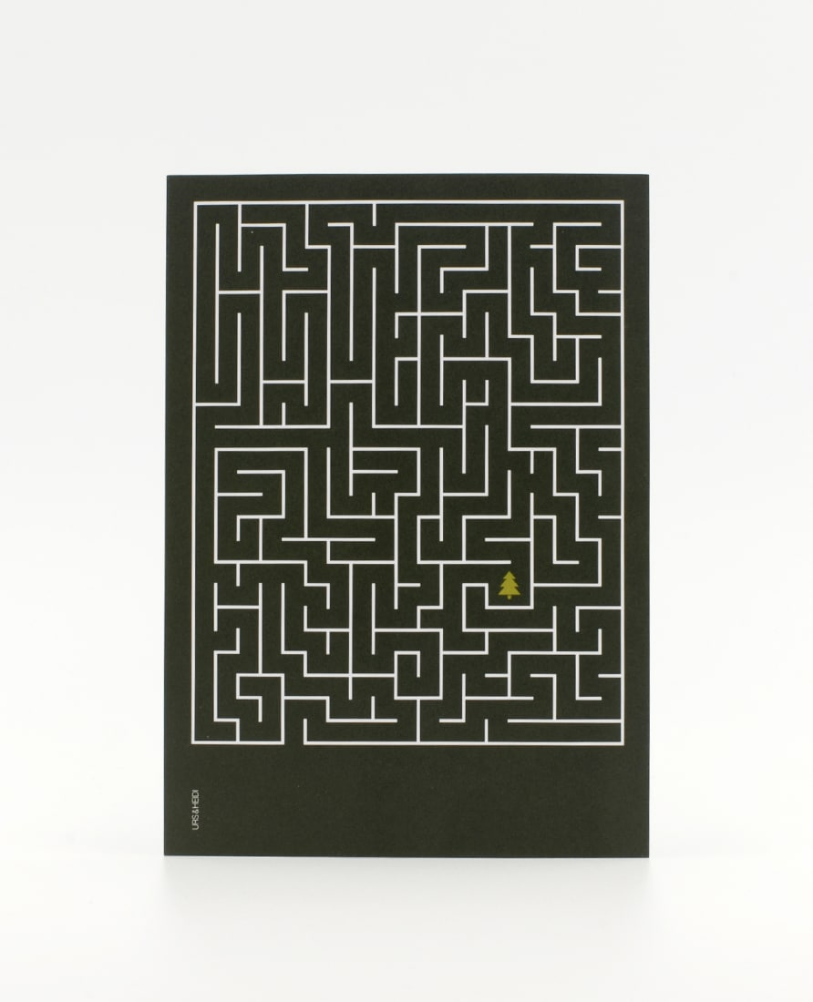 Labyrinth Postkarte mit Tannenbaum in dunkelgrün – die Schatzkarte zu Weihnachten