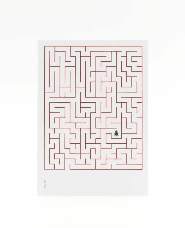 Labyrinth Postkarte mit Tannenbaum in rot-weiss – die Schatzkarte zu Weihnachten