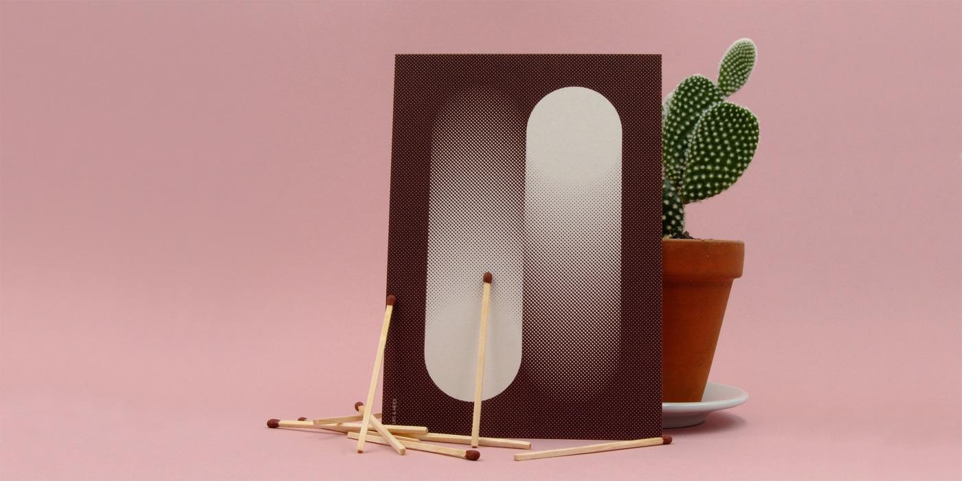 Harte auf rosa Hintergrund mit Pflanze